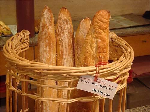 Cesto con barras de pan