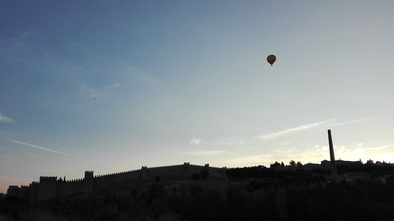 El globo y las Murallas de Ávila desde los Cuatro Postes