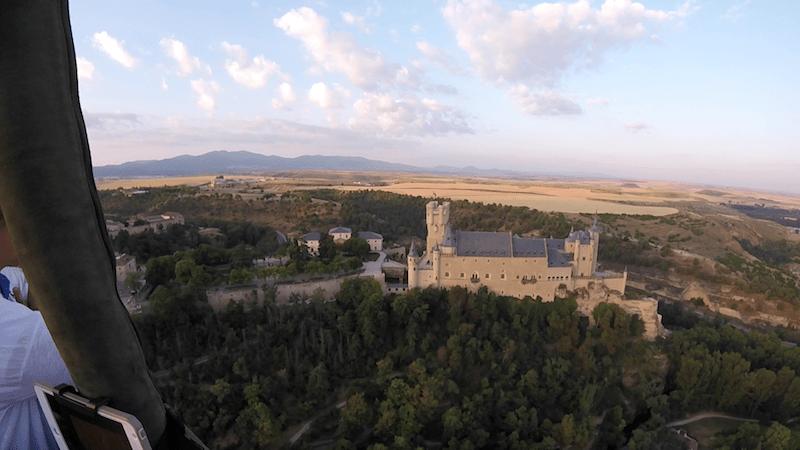 volando en globo sobre el Alcazar de Segovia