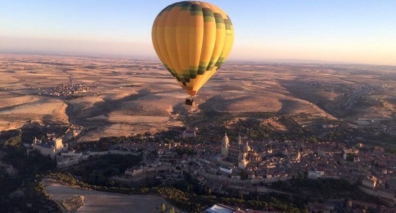 volando en globo sobre Segovia