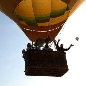 Saludando desde el vuelo en globo